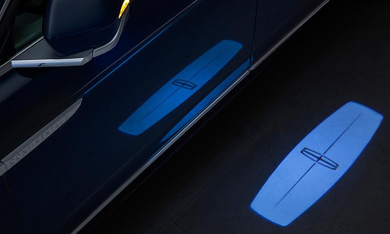 车门开启后,车内的氛围灯随即点亮,中控显示屏上显示continental字样